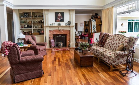 Abbildung 2: Englisch-rustikaler Landhausstil braucht gemütliche Sitzmöbel, Holzfußboden und im Idealfall einen Kamin