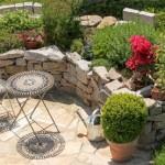 Natursteinmauer mit Sitzecke