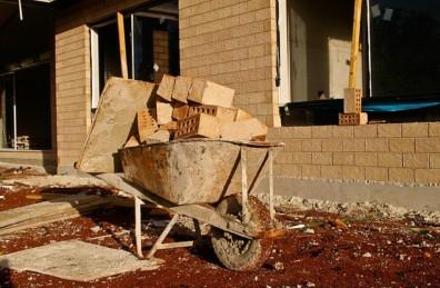 Abbildung 1: Probleme mit dem Bauunternehmen können die Freude am Eigenheim deutlich trüben. Deshalb sollte man sich den Ärger sparen und vorher einige Erkundigungen einholen.